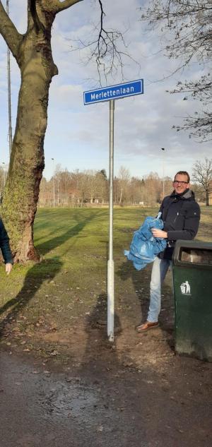 Voorzitter Erik-Jan van Dijk is blij met het straatnaambord.